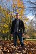 Hombre Joven en Parque Otoñal