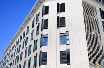 Fenêtres sur façade moderne