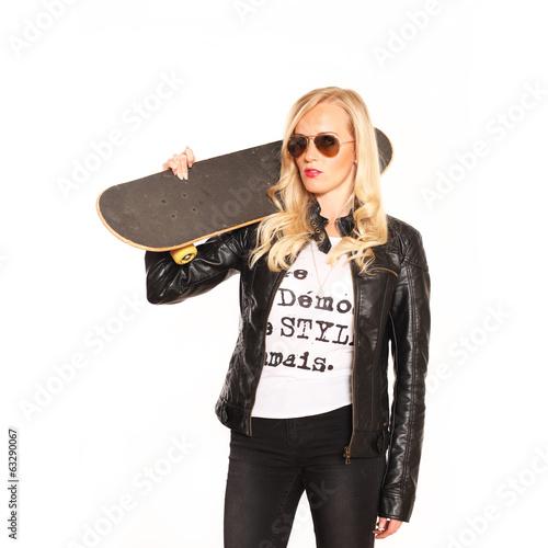 Skatergirl mit Lederjacke und Sonnenbrille