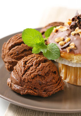 Hazelnut muffin and chocolate ice cream