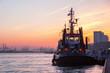 Leinwanddruck Bild - Schlepper im Hafen von Hamburg bei Sonnenuntergang