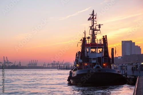 Leinwanddruck Bild Schlepper im Hafen von Hamburg bei Sonnenuntergang