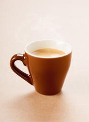 Caffè espresso in tazza marrone