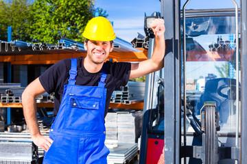 Bauarbeiter mit Baustellen Gabelstapler