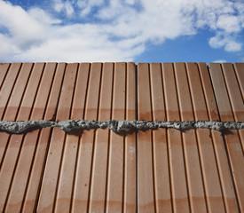 Mauer vor Himmel