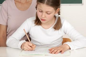 Schülerin bei Nachhilfe mit Lehrerin