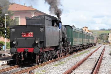 treno turistico a vapore valle d'orcia toscana
