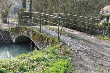 pont traversant un cours d'eau