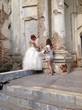 фотограф говорит невесте как позировать