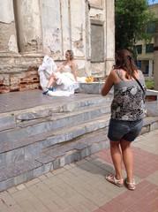 невеста позирует фотографу у заброшенной церкви