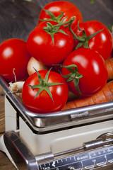 Frische Tomaten auf einer Küchenwaage