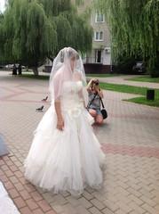 невеста и фотограф в сквере