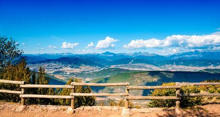 Paisaje panoramico de montañas y valla de madera