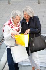 Zwei ältere Frauen beim Einkaufsbummel
