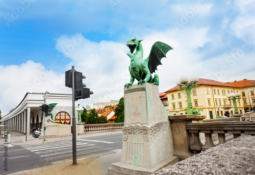 Statue and bridge of the Dragon