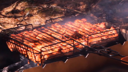 шашлык мясо жарится на углях