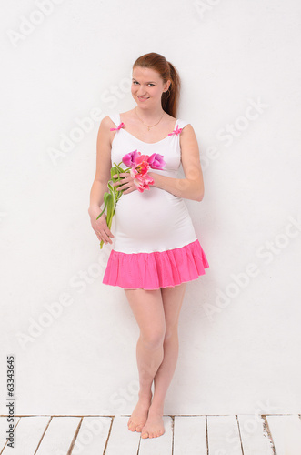pregnant holding a bouquet of tulips