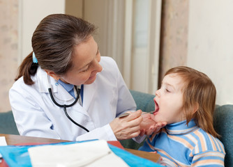 pediatrician  looks mouth of 2 years patient