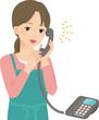電話で楽しそうにしゃべるエプロン姿の女性