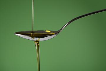 Aceite de oliva vertiendo en una cuchara