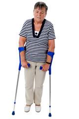 Alte Frau läuft auf Krücken