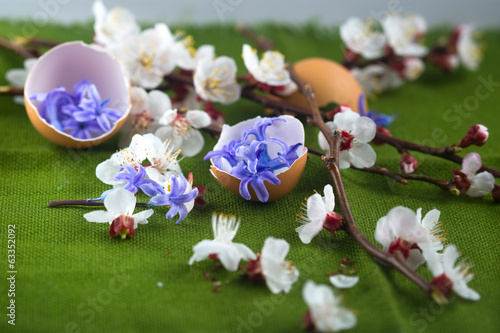 eggshell with blue flowers and flowering branches