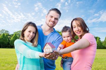 Familie in der Natur  möchte Haus bauen