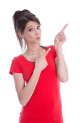 Kesse junge Frau zeigt mit dem Zeigefinger auf etwas