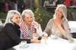 Freundinnen in der Stadt Kaffee trinken - 63356222