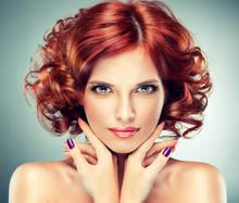 Piękne modelu z kręcone włosy czerwony