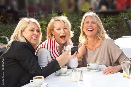 Freundinnen in der Stadt Kaffee trinken - 63356276