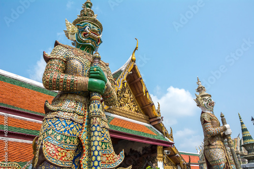 Twin giant in wat phakeaw