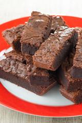 Quadrotti di  brownies al cioccolato su un piatto di ceramica