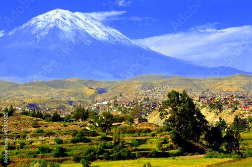 Leinwandbild Motiv El volcán Misti desde un mirador de Arequipa