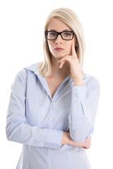 Nachdenkliche Business Frau mit Brille freigestellt auf Weiß