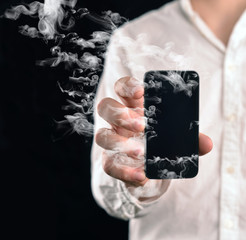 Mann zeigt rauchendes Handy