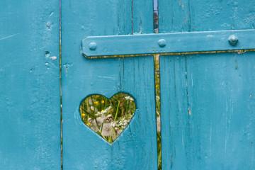 Fenster mit Herz ©yvonneweis