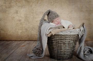 Baby im Flechtkorb