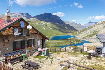 Rifugio di montagna e laghi alpini