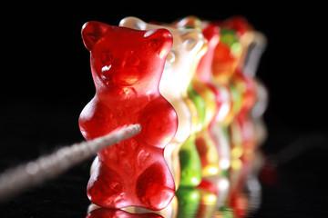 Bärenstark, Gummibärchen ziehen gemeinsam am Seil