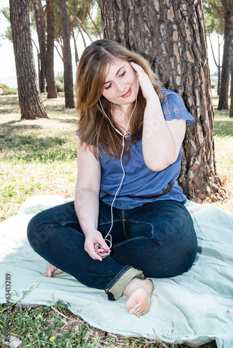 Pretty Girl Listen to Music