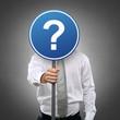 Mann mit Schild und Fragezeichen