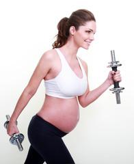 Jeune femme enceinte faisant du sport