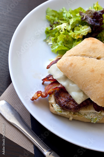 Hamburger avec bacon et steak, salade