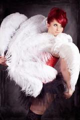 Diva mit weißen Federn