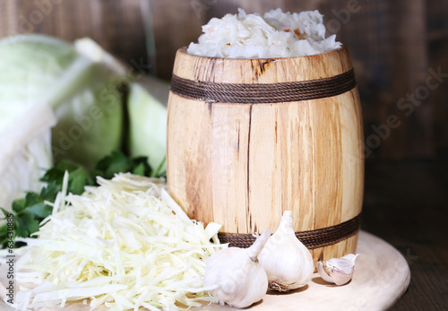 Composition with fresh and marinated cabbage (sauerkraut) in