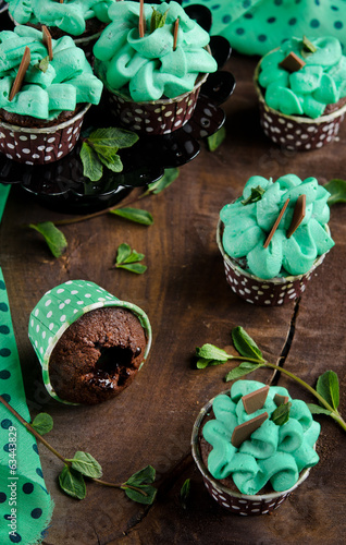 Chocolate muffins with mint cream