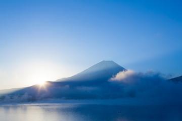 本栖湖からの朝日