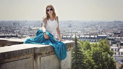attraktive Frau über dem Paris