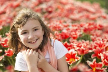 kleines Mädchen in einem Tulpenfeld
